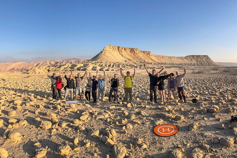 תמונה של משתתפי הקבוצה בסדנת צילום בהר צין ושדה הבולבוסים בזריחה. צילום: נטע דקל - Wild Travel