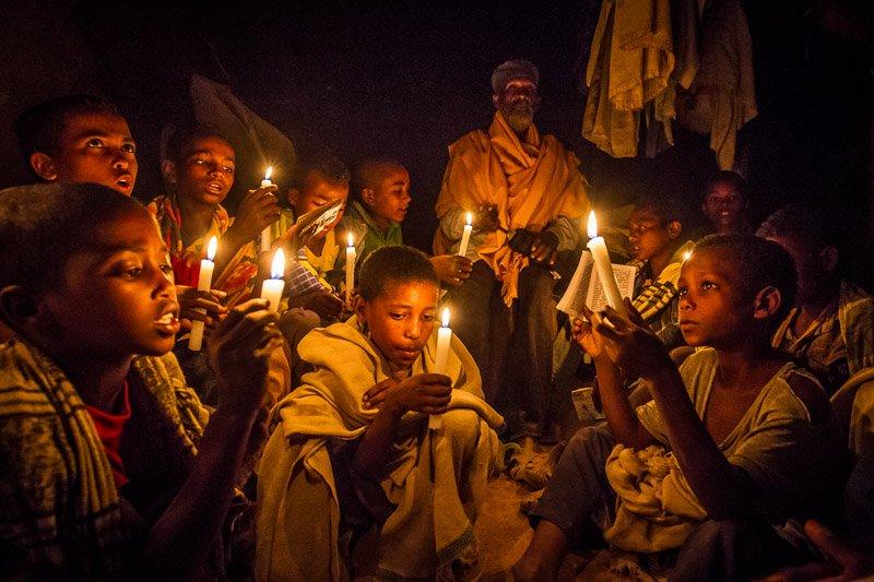 ילדים לומדים בכנסיות החצובות באבן בלליבלה, צפון אתיופיה - Wild Travel