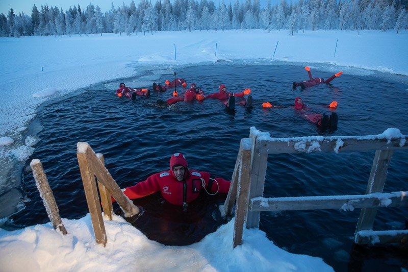 שחייה בקרח עם חליפות ציפה אטומות, לפלנד - Wild Travel