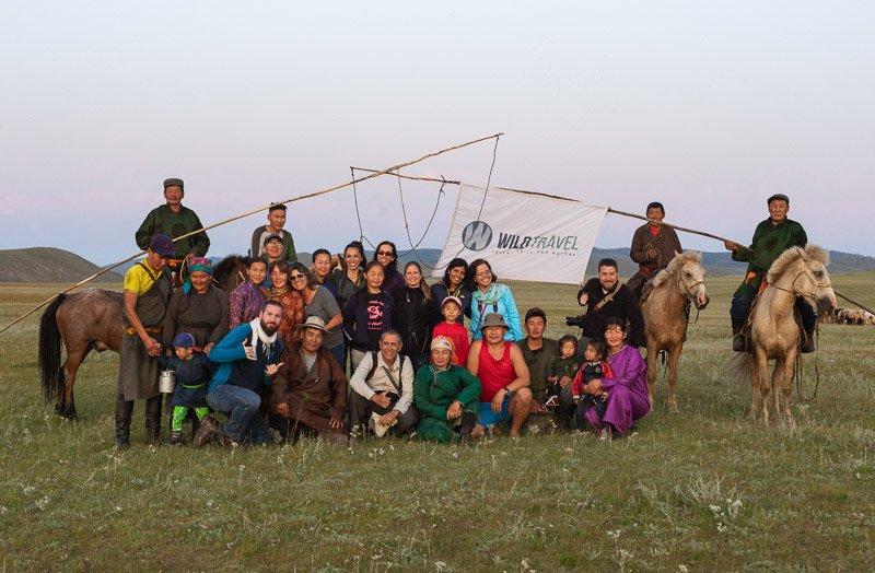 הקבוצה שלנו עם משפחת מגדלי סוסים מונגולים במזרח מונגוליה - Wild Travel