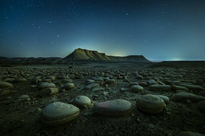 תמונה שצולמה בלילה בשדה הבולבוסים מול הר צין עם שבילי כוכבים - הדגמה של עריכה התמונה בלייטרום ללא שינוי צבע של זיהום אור - Wild Travel