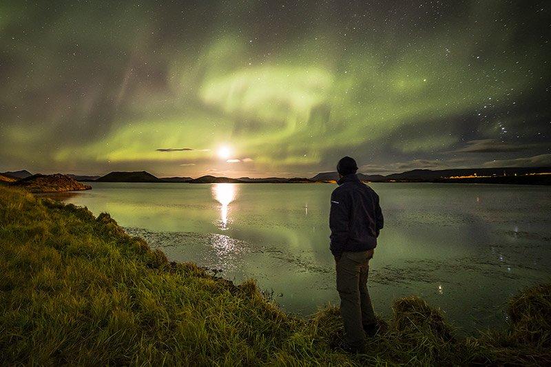 תומר על רקע הזוהר הצפוני באיסלנד - Wild Travel