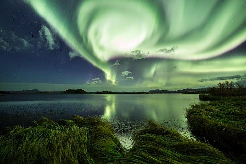 זוהר צפוני עצמתי ומרהיב בצפון איסלנד בסתיו - Wild Travel