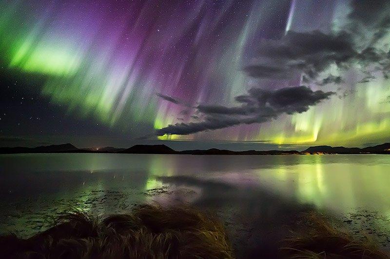 זוהר צפוני משתקף על אגם מיווטן בצפון איסלנד - Wild Travel