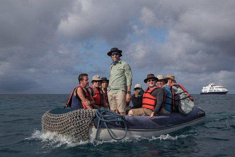 הקבוצה שלנו יוצאת לשחייה עם צבים באיי גלפגוס - Wild Travel