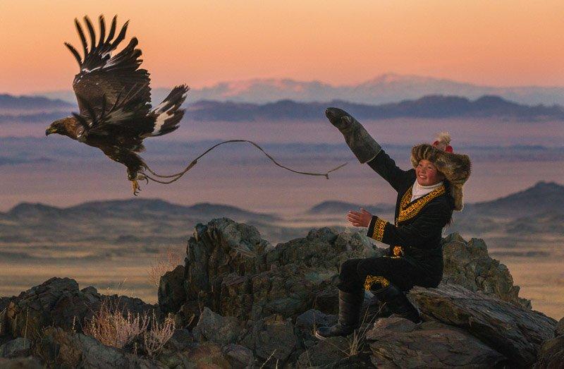 ציידת קזחית עם עיט זהוב בהרי האלטאי במערב מונגוליה - Wild Travel