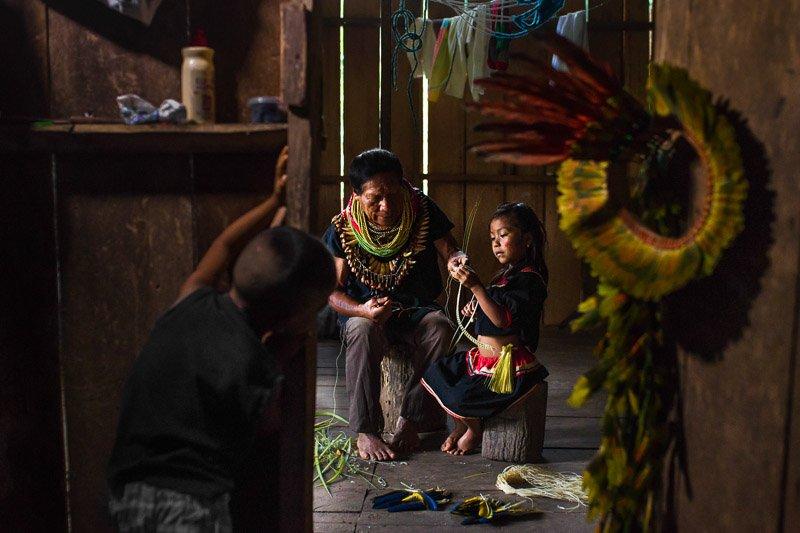 שאמן מלמד את הנכדה שלו ביער האמזונס, שמורת קויאבנו, אקוודור - Wild Travel