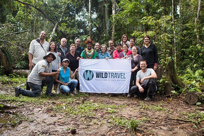 הקבוצה שלנו עם השאמן המקומי ביער האמזונס, שמורת קויאבנו, אקוודור - Wild Travel