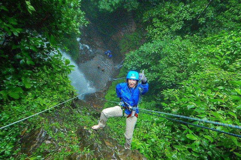 סנפלינג מפלים ביער גשם בקוסטה ריקה - Wild Travel