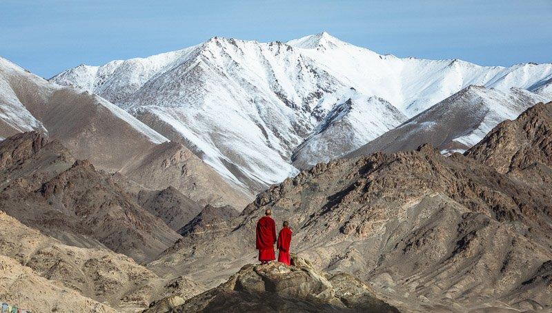 נזירים מול ההרים בלדאק, צפון הודו - Wild Travel