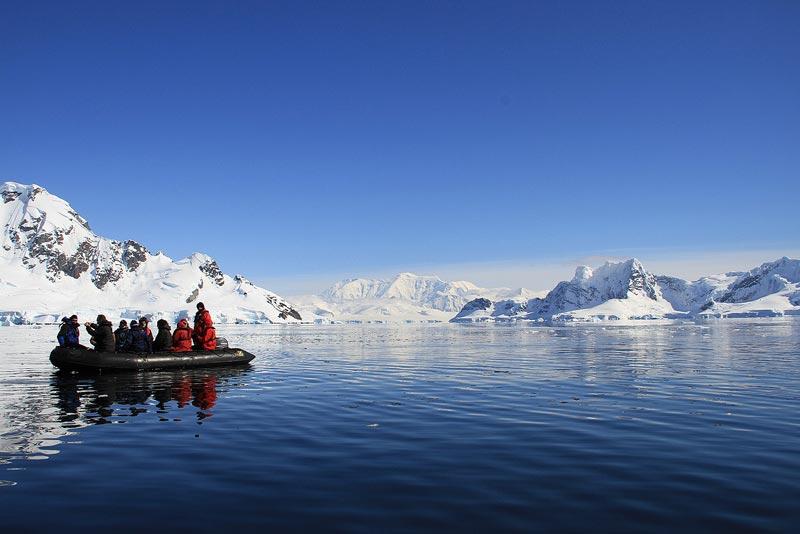שיט בסירת זודיאק בים וודל באנטארקטיקה - Wild Travel