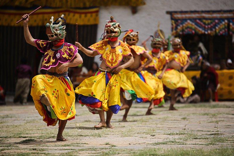 נזירים בודהיסטים בריקוד מסכות מסורתי, בהוטן - Wild Travel
