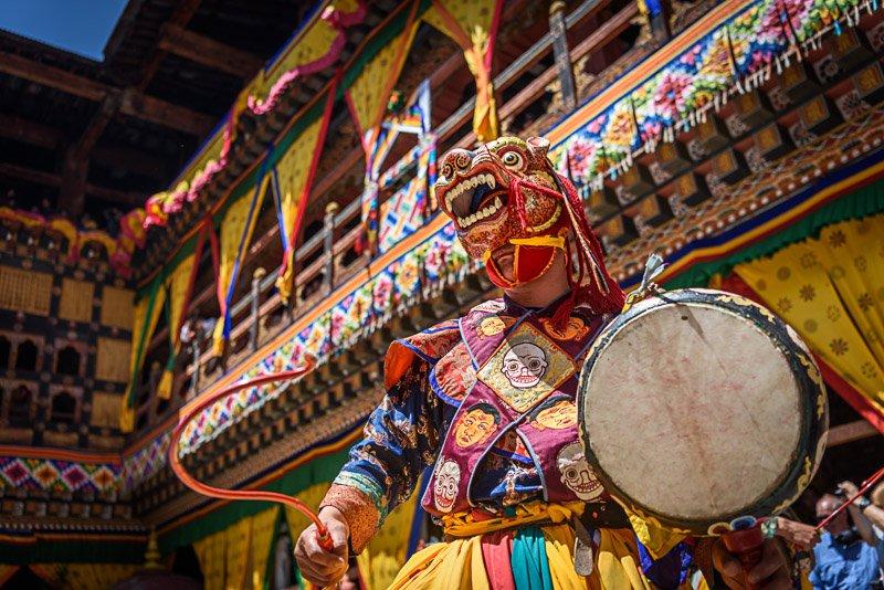 נזיר בודהיסטי עם מסכה מסורתית, בהוטן - Wild Travel