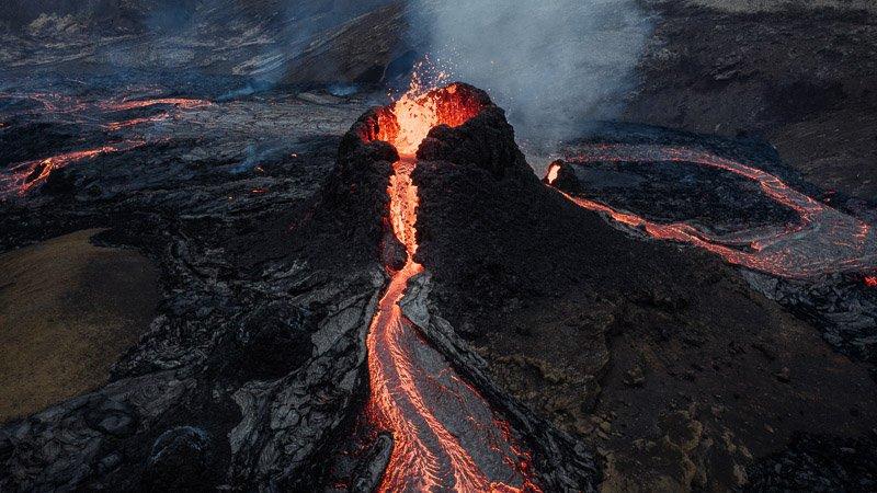 אתר ההתפרצות הוולקנית החדש באיסלנד, Photo by Ása Steinarsdóttir on Unsplash - Wild Travel