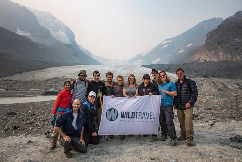 הקבוצה שלנו ליד קרחון ג'ייקובסון ברכס הרי החוף של קולומביה הבריטית, קנדה - Wild Travel