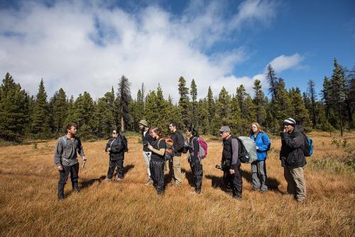הקבוצה שלנו ליד אגם קונסליישן בשמורת באנף, הרי הרוקי הקנדיים, קנדה - Wild Travel