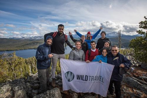 הקבוצה שלנו ליד האגם של נק טסלי, קולומביה הבריטית, קנדה - Wild Travel