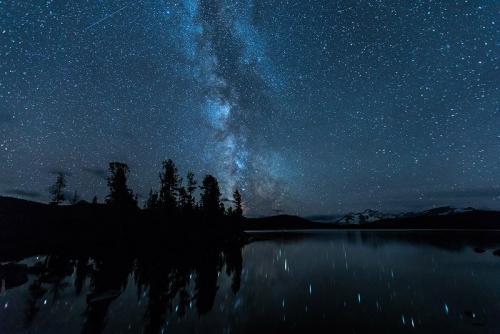 שביל החלב מעל לאגם ליד נק טסלי, קולומביה הבריטית, קנדה - Wild Travel
