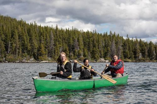 חותרים בקנו באגם ליד נק טסלי, קולומביה הבריטית, קנדה - Wild Travel