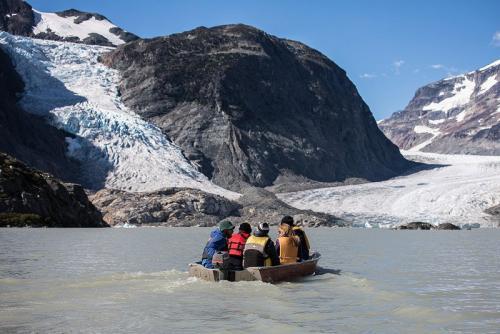 שייט ליד קרחון ג'ייקובסון ברכס הרי החוף של קולומביה הבריטית, קנדה - Wild Travel