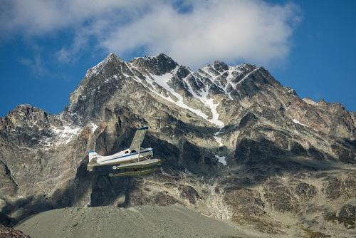 המטוס הקל ממריא מאגם אייפ ברכס הרי החוף של קולומביה הבריטית, קנדה - Wild Travel