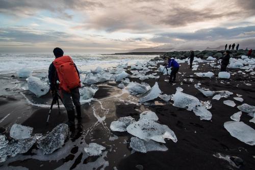 תומר רצאבי מצלם בחוף היהלומים ליד לגונת הקרחונים בחוף הדרומי של איסלנד - Wild Travel