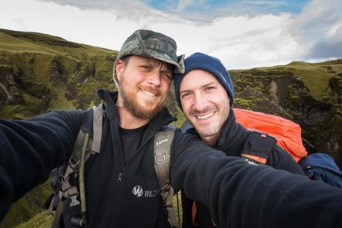 תומר ויואל המדריכים בקניון פיאדרה בצפון איסלנד - Wild Travel