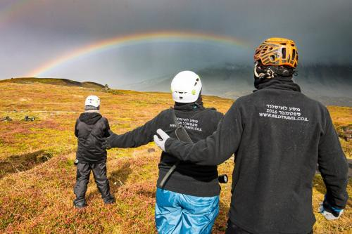 קשת בענן בכניסה למערות לבה במערב איסלנד - Wild Travel