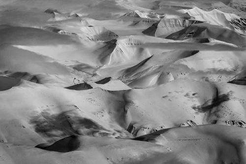 צילום אווירי של ההרים המושלגים, שפיצברגן - Wild Travel