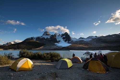מחנה האוהלים באגם אייפ ברכס הרי החוף של קולומביה הבריטית, קנדה - Wild Travel