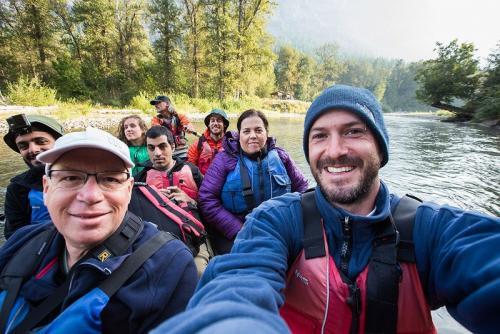 שייט במורד הנהר של בבלה קולה, אזור הפיורדים של קולומביה הבריטית, קנדה - Wild Travel