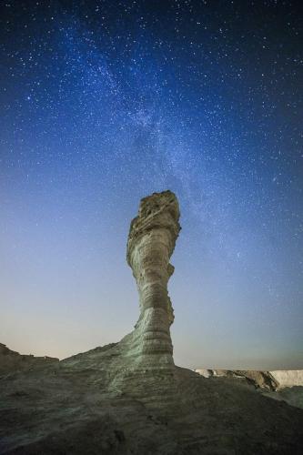 שביל החלב מעל ניצב אבן בחווארי מצדה - Wild Travel