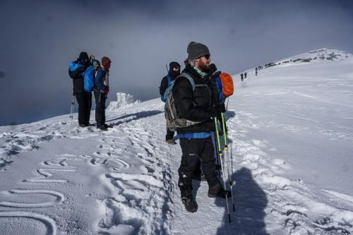סלע והקבוצה מטרים ספורים לפני פסגת הקילימנג'רו - Wild Travel