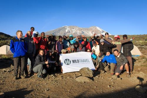 הקבוצה שלנו עם הצוות המקומי במחנה שירה במסלול מצ'אמה בדרך לפסגת הקילימנג'רו - Wild Travel