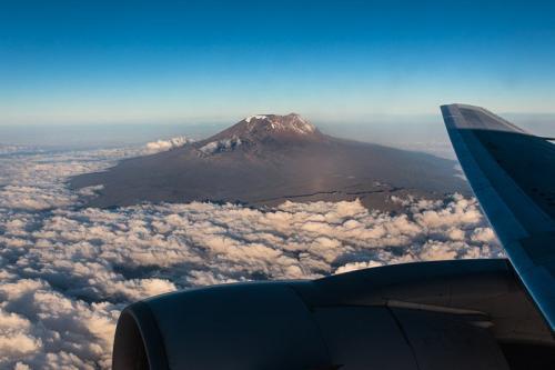 פסגת ההר מעל לעננים מהמטוס - קילימנג'רו, טנזניה - Wild Travel