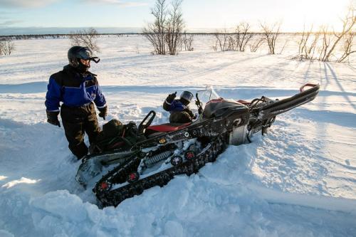 חילוץ אופנוע מהשלג העמוק, לפלנד - Wild Travel