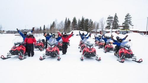 חנית אופנועי שלג על האגם הקפוא באילאס, לפלנד - Wild Travel