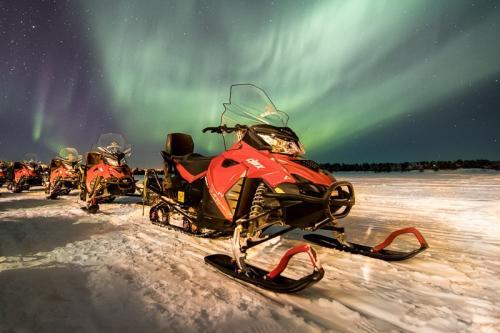 אופנוע שלג בלפלנד וזוהר צפוני - Wild Travel