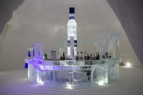 בר קפוא בארמון הקרח של קיטילה בצפון פינלנד - Wild Travel