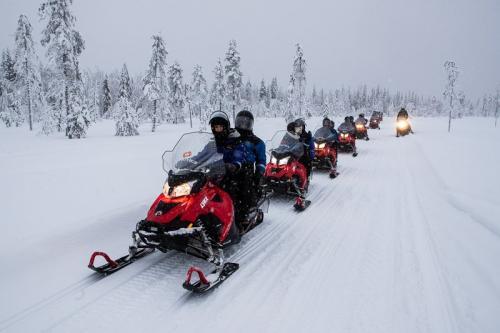 אופנוע שלג בלב היער המושלג בלפלנד - Wild Travel