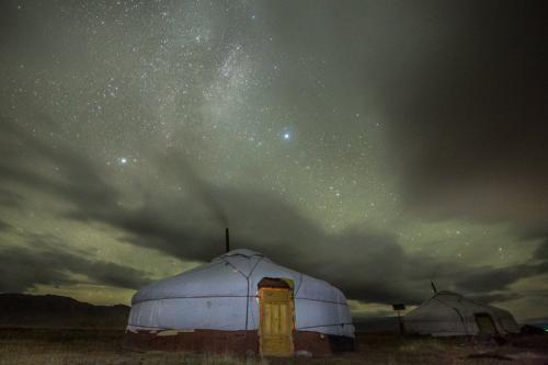 גר מונגולי בלילה מלא כוכבים, מונגוליה - Wild Travel