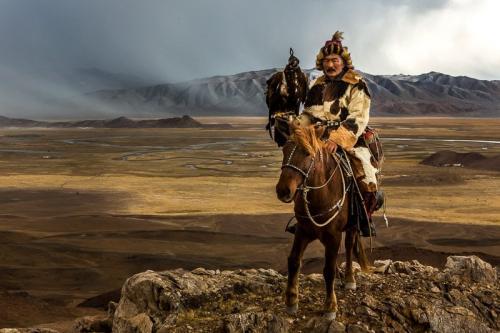 הצייד הקזחי שאירח אותנו בביתו על רקע הרי האלטאי - Wild Travel