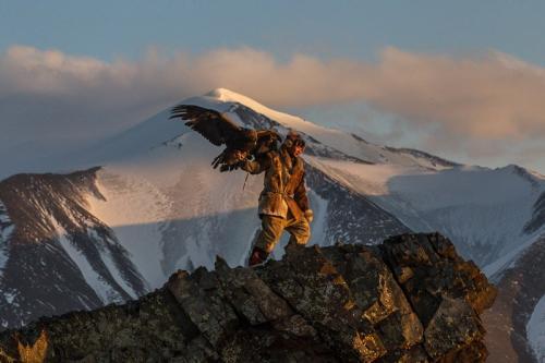 צייד קזחי עם עיט בהרי האלטאי, מערב מונגוליה - Wild Travel