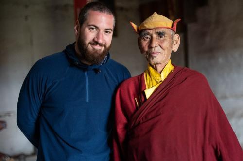 אשר המדריך עם נזיר בודהיסטי במנזר בצפון מונגוליה - Wild Travel