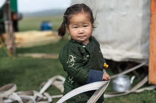 ילדה של משפחת נוודים מונגולים בצפון מזרח מונגוליה - Wild Travel