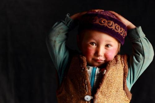 ילד קזחי בתוך גר המשפחה, מערב מונגוליה - Wild Travel