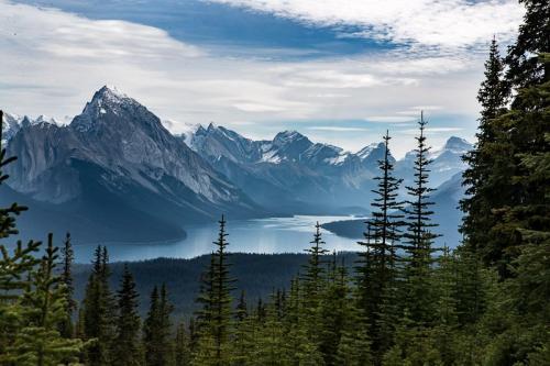 אגם מלין בהרי הרוקי הקנדיים, קנדה - Wild Travel