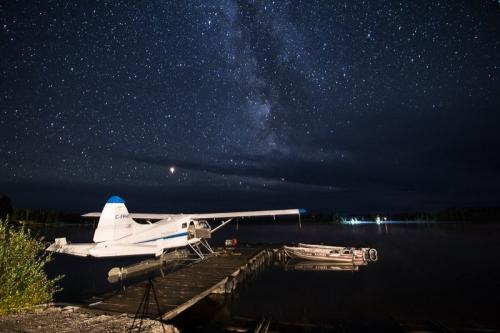 שביל החלב ומנחת המטוסים הקלים בנימפו לייק, קולומביה הבריטית, קנדה - Wild Travel