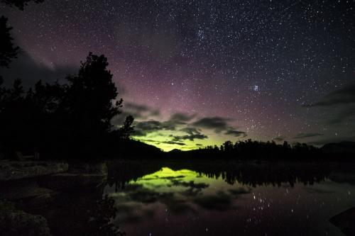 זוהר צפוני מעל האגם בנק טסלי, קולומביה הבריטית, קנדה - Wild Travel
