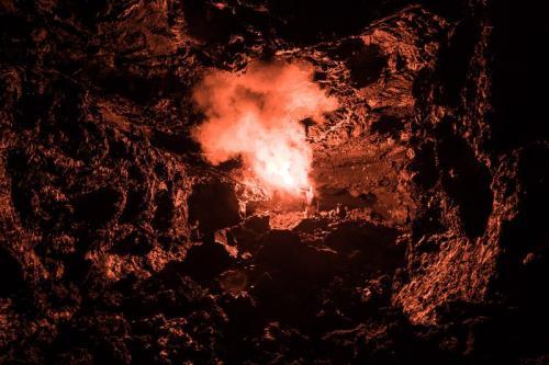 מערת לאבה בשדה הלאבה הטרי של הר הגעש טולבצ'יק, קמצ'טקה - Wild Travel